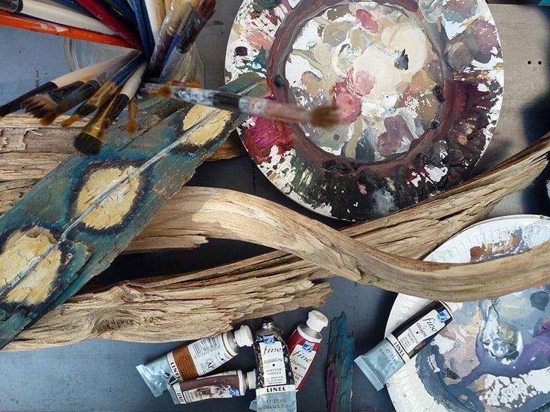sculpture de bois peint plume