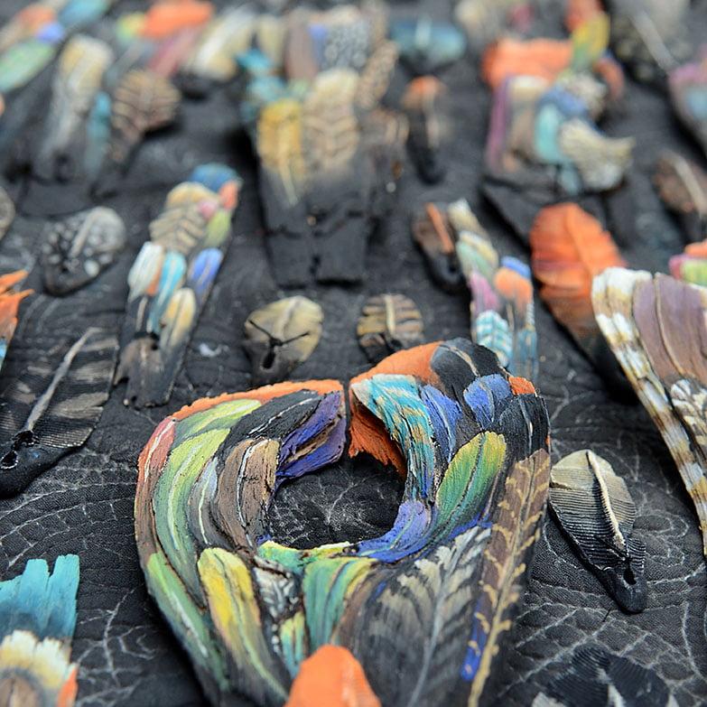 Détail de sculpture de plume bois pigments