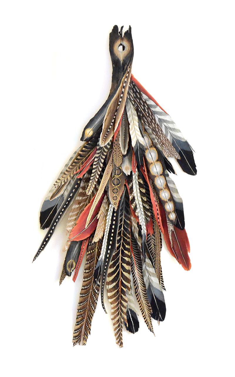 sculpture en bois peint plumes